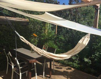 zonneschermen en een van de twee hangmatten